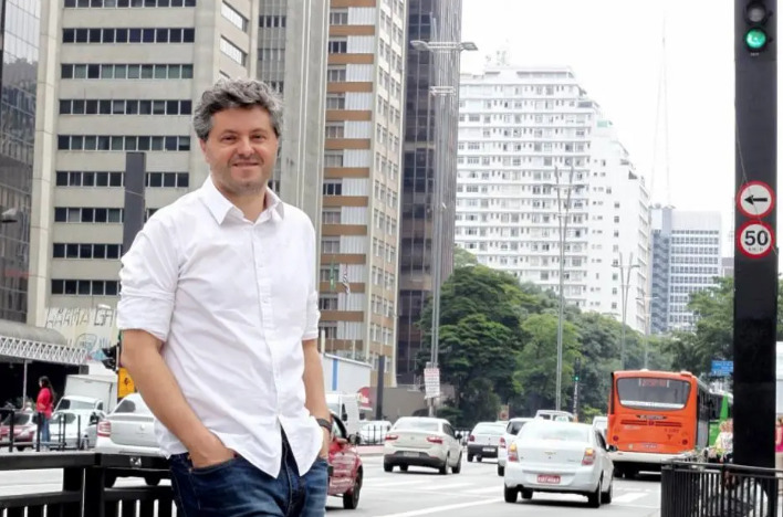 Ricardo Lísias leva inquérito policial ao teatro e prepara livro